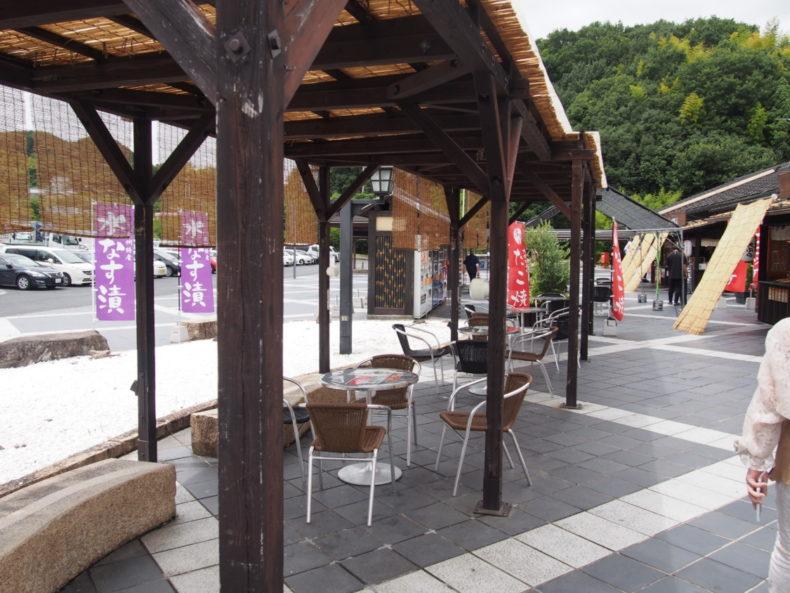 岸和田SA上り 屋台前のテーブルと椅子