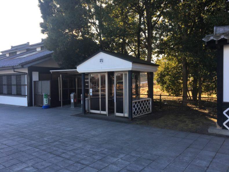 甘楽PA下り 喫煙所と電話ボックス